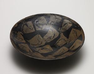 鵲鴣斑魚文平鉢