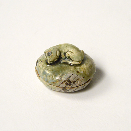 「No.38 青織部子猫香合 / Incense container, Ao-oribe, Kitten finial」の写真 その1