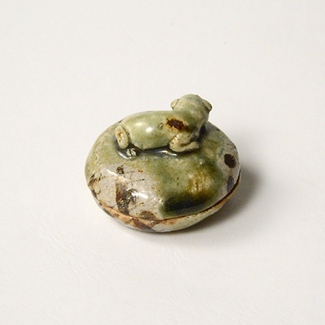 「No.38 青織部子猫香合 / Incense container, Ao-oribe, Kitten finial」の写真 その2