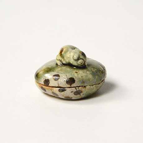 「No.38 青織部子猫香合 / Incense container, Ao-oribe, Kitten finial」の写真 その3