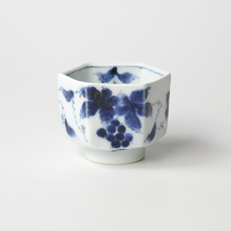 「No.61 葡萄文六角ぐい吞 /   Sake cup with grape design, sometsuke」の写真 その1