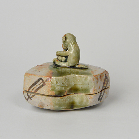 「No.44 青織部小猿鈕香合 / Incense container, Ao-oribe, Monkey shaped」の写真 その2