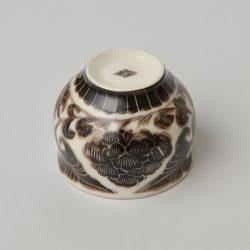 黒釉掻き落し花紋杯