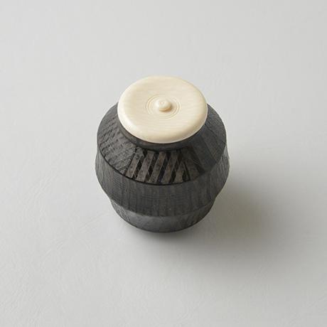 「No.15(図12) 色絵銀彩茶入  / Tea caddy,Overglaze enamels and silver」の写真 その3