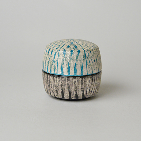 「No.17(図20) 色絵銀彩香合 / Incense container, Overglaze enamels and silver」の写真 その1