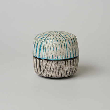 「No.17(図20) 色絵銀彩香合 / Incense container, Overglaze enamels and silver」の写真 その2