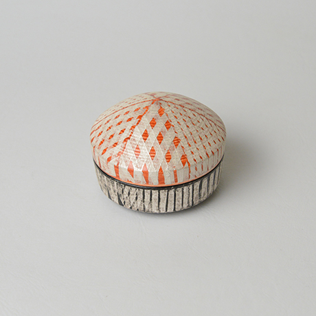 「No.19(図17)色絵銀彩香合 / Incense container, Overglaze enamels and silver」の写真 その2