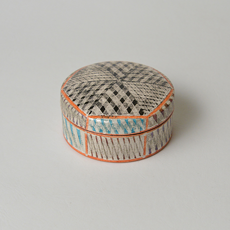 「No.36 色絵銀彩香合 / Incense container, Overglaze enamels and silver」の写真 その2