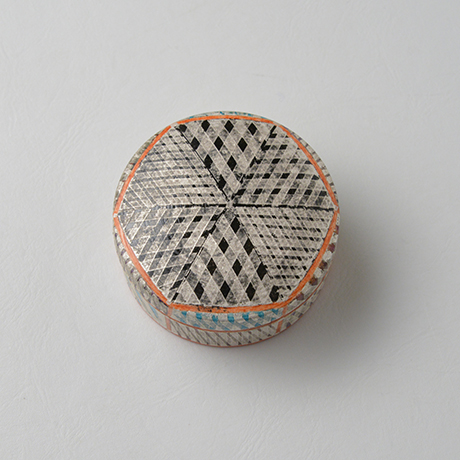 「No.36 色絵銀彩香合 / Incense container, Overglaze enamels and silver」の写真 その4
