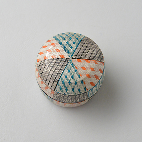 「No.43 色絵銀彩香合 / Incense container, Overglaze enamels and silver」の写真 その3